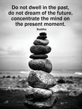 Boeddha, gestapelde stenen met daarbij in het Engels citaat over focus Posters