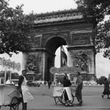 Selling Ice-Cream, Arc de Triomphe, Paris, c1950 Giclée-tryk af Paul Almasy