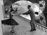 Rock 'n' Roll Dancers on Quays of Paris, River Seine, 1950s Wydruk giclee autor Paul Almasy