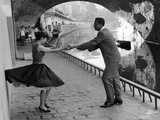 Rock 'n' Roll Dancers on Quays of Paris, River Seine, 1950s Lámina giclée por Paul Almasy