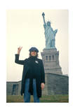 John Lennon - Statue of Liberty and Peace 1974 Affiche par  Epic Rights