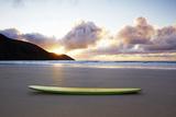 Surfboard Resting on Beach Reproduction photographique par Allan Baxter