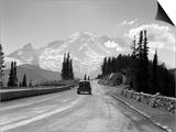1930s Sedan Automobile Driving High Mountain Road Towards Snow Capped Mount Rainier Affiche