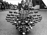 Jeune Mod en veste rayée sur son scooter customisé avec rétroviseurs, Angleterre Art