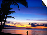 Couple Walking Along Beach at Sunset, Fiji Posters por Peter Hendrie