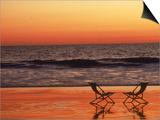 Silhouettes de deux transats sur la plage Affiches par Mitch Diamond