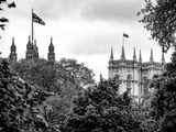 St James's Park with Flags Floating over the Rooftops of the Palace of Westminster - London Fotografisk tryk af Philippe Hugonnard