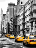 NYC Yellow Taxis / Cabs on Broadway Avenue in Manhattan - New York City - United States Impressão fotográfica por Philippe Hugonnard