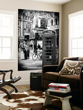 Wall Mural - Loving Couple Kissing and Red Telephone Booth - London - UK - England Poster géant par Philippe Hugonnard