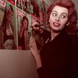 Sophia Loren Signing the Cover of the Magazine 'Epoca' Reproduction photographique par Mario de Biasi