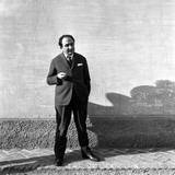 The Poet Alfonso Gatto in a Backyard in Milan Reproduction photographique par Mario de Biasi