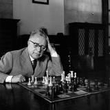 Palmiro Togliatti Thoughtful in Front of a Chessboard Fotografisk trykk av Marisa Rastellini