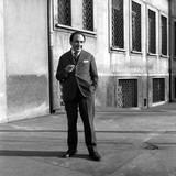 The Poet Alfonso Gatto in a Backyard in a Milan Reproduction photographique par Mario de Biasi