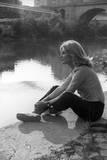 Gabriella Farinon on a River Bank Fotografisk trykk av Marisa Rastellini