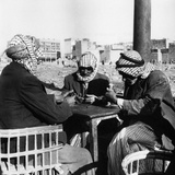 Men Playing Domino at the Table of a Cafe in Baghdad Reproduction photographique par Mario de Biasi