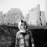 A Child in Front of the Ruins of the Taq-I Kisra in Al-Mada'In Reproduction photographique par Mario de Biasi