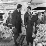A Man Greeting a Woman in the Street Market Fotografisk trykk av Marisa Rastellini