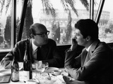 Edmo Fenoglio and Warner Bentivegna Drinking Coffee in Front of the Colosseum Fotografisk trykk av Marisa Rastellini