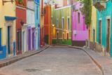 Mexico, Guanajuato. Colorful Street Scene Fotografie-Druck von Jaynes Gallery