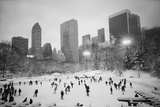 USA, New York, New York City, Skaters at the Wollman Rink Fotografisk tryk af Walter Bibikow