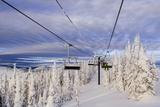 Skiers Ride Chairlift at Whitefish Mountain Resort, Montana, Usa Lámina fotográfica por Chuck Haney