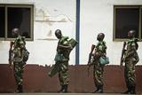 Rwandan Soldiers Wait in Line to Board a C-17 Globemaster Iii Fotografisk tryk