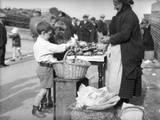 Kids Buying Crabs Reprodukcja zdjęcia