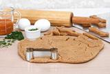 Making Homemade Pumpkin Dog Biscuits Fotografisk tryk af  Rojoimages