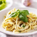 Italian Pasta with Pesto Sauce close up Photo Fotografisk tryk af  evren_photos
