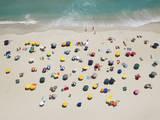 Umbrella Pattern on Beach Fotografisk tryk af Roger Wright