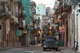 Lee Frost - Street Scene before Sunrise - Dilapidated Buildings Crowded Together and Vintage American Cars - Fotografik Baskı