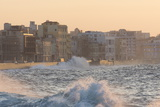 Buildings Along the Malecon in Soft Evening Sunlight with Large Waves Crashing Against the Sea Wall Fotografisk tryk af Lee Frost