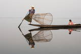Intha Leg Rowing Fisherman Reflected in Water Dawn with Young Girl, Inle Lake, Nyaungshwe Reproduction photographique par Stephen Studd