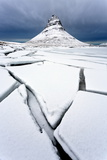 Winter View over Slabs of Broken Lake Ice Covered in Snow Towards Kirkjufell (Church Mountain) Photographie par Lee Frost