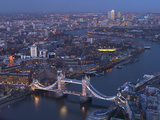 Aerial Photo Showing Tower Bridge, River Thames and Canary Wharf at Dusk, London, England Lámina fotográfica por Charles Bowman