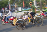 Man Riding Cyclo, Hue, Thua Thien-Hue, Vietnam, Indochina, Southeast Asia, Asia Reprodukcja zdjęcia autor Ian Trower