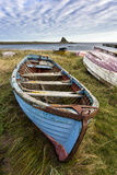 View Towards Lindisfarne Castle with an Old Blue and Red Fishing Boat in the Foreground Fotografisk tryk af Lee Frost