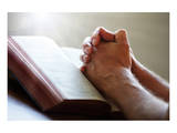 Hands Praying on a Holy Bible Giclee-tryk i høj kvalitet