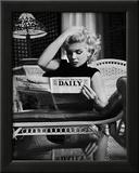 Ed Feingersh - Marilyn Monroe si čte noviny Motion Picture Daily, New York, c. 1955 Obrazy
