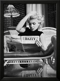 Marilyn Monroe som leser Motion Picture Daily, New York, ca. 1955 Plakater av Ed Feingersh