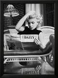 Ed Feingersh - Marilyn Monroe si čte noviny Motion Picture Daily, New York, c. 1955 Plakát