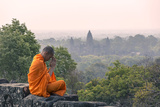 Cambodia, Siem Reap, Angkor Wat Complex. Monk Meditating with Angor Wat Temple in the Background Fotografisk tryk af Matteo Colombo
