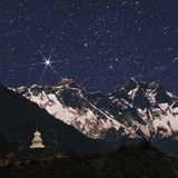Bright Star Capella over Mount Everest. on the Right Is Mount Lhotse. a Stupa in the Foreground Fotografisk tryk af Babak Tafreshi