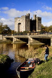 Boaters Along the Shannon River Near Bunratty Castle, County Clare, Ireland Papier Photo par Chris Hill