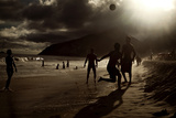 Young Men Play Soccer on Ipanema Beach in Rio De Janeiro Lámina fotográfica por Chris Bickford