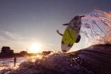 A Young Man Surfing on the Outer Banks of North Carolina Fotografisk tryk af Chris Bickford