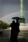 A Couple Watches a Rainbow at the Place De La Bastille, Paris, France Photographie par Chris Bickford