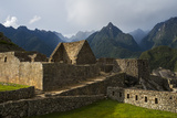 Ancient Inca Masonry and Towering Mountains at Machu Picchu Lámina fotográfica por Diane Cook Len Jenshel