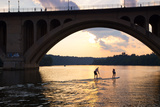 Paddleboarders Glide on the Potomac River under the Key Bridge in Georgetown Papier Photo par Skip Brown