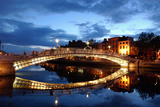 Ha' Penny Bridge over the River Liffey in Dublin, Ireland Fotografisk tryk af Chris Hill